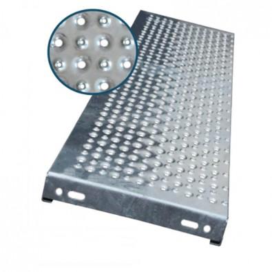 Marche escalier acier à picots antidérapants et petites perforations 700 x 240 mm galvanisée